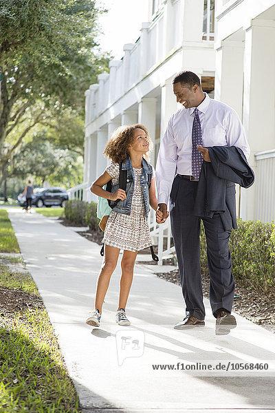gehen Menschlicher Vater Schule (Einrichtung) Tochter
