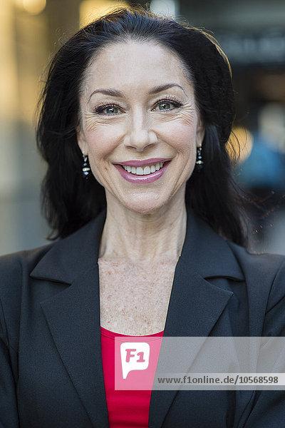 Außenaufnahme Europäer Geschäftsfrau lächeln freie Natur