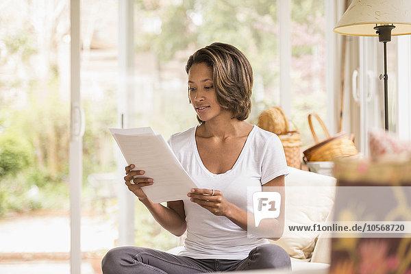 Frau, amerikanisch, Schreibarbeit, vorlesen