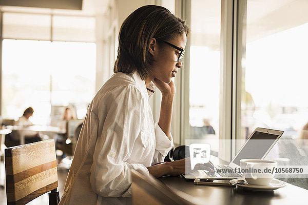 benutzen Frau Notebook Cafe amerikanisch