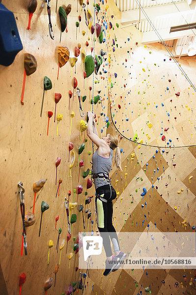 Behindertensport Fitness-Studio Frau Klettern
