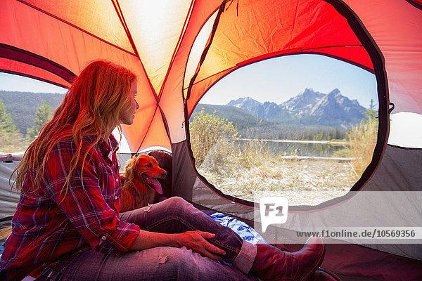 Europäer Frau Hund camping Zelt