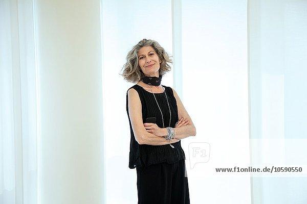 Porträt einer stilvollen Senior-Designerin im Büro