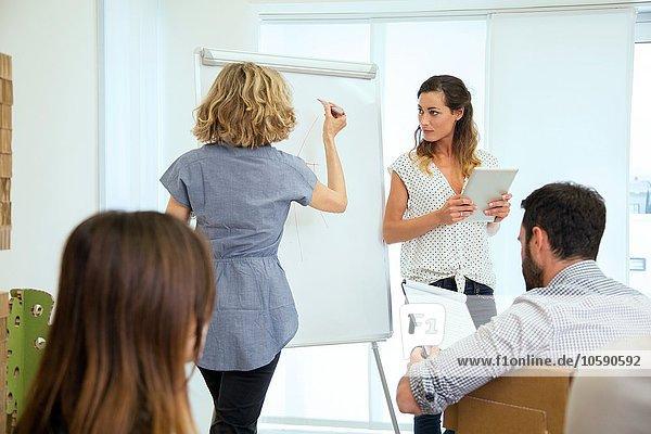Seniorin präsentiert dem Designteam im Büro