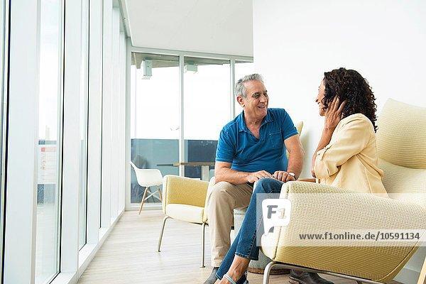 Senior Mann und Frau im Gespräch