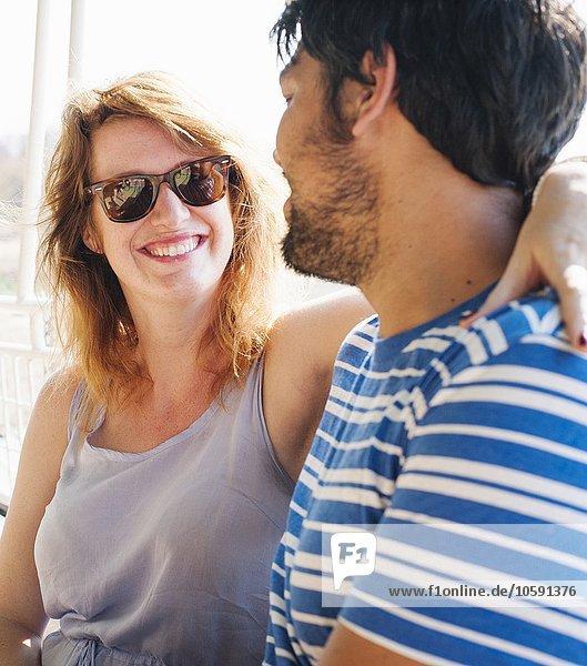 Portrait einer jungen Frau mit Arm um den Freund herum