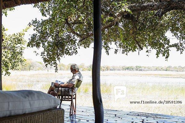 Senior-Mann entspannt in der Safari-Lodge  Kafue Nationalpark  Sambia