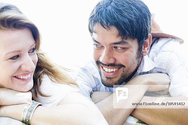 Nahaufnahme Porträt eines glücklichen Paares mit Blickkontakt