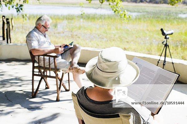 Paar Lesebücher in der Safari Lodge  Kafue Nationalpark  Sambia