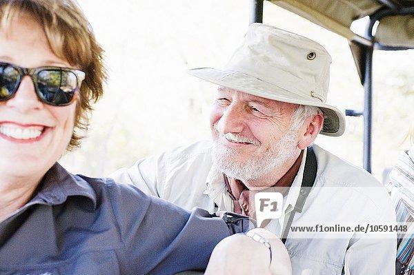 Porträt eines älteren Mannes und einer älteren Frau auf Safari im Allradantrieb  Kafue Nationalpark  Sambia