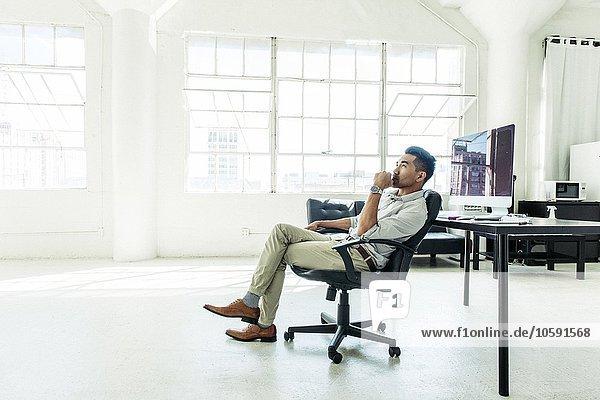 Geschäftsmann mit Blick auf das Bürofenster