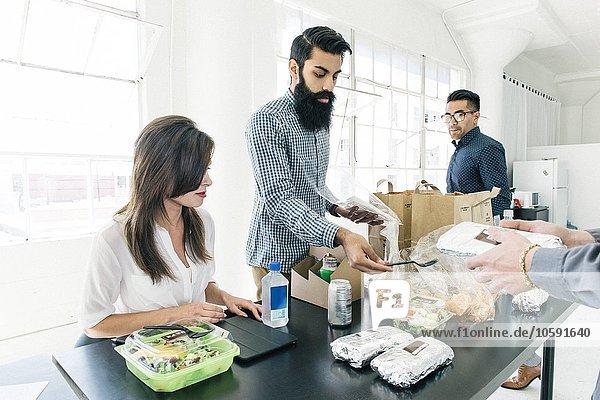 Geschäftsleute beim gemeinsamen Mittagessen