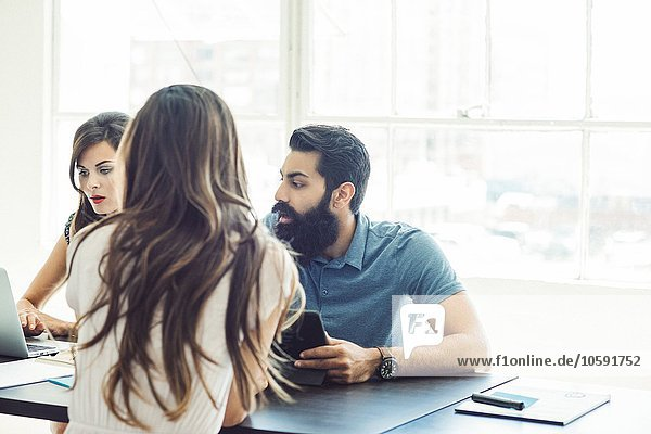 Geschäftsleute im Brainstorming-Meeting