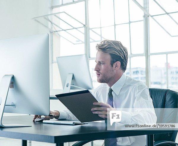 Geschäftsmann bei der Arbeit am Schreibtisch