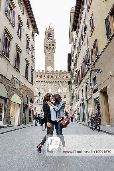 Blick auf das lesbische Paar in der Straße unter dem Palazzo Vecchio von Angesicht zu Angesicht  Florenz  Toskana  Italien