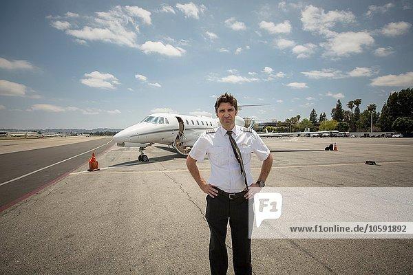 Porträt eines männlichen Privatjet-Piloten am Flughafen
