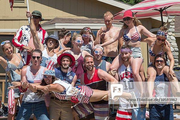 Porträt erwachsener Freunde zum Unabhängigkeitstag  USA