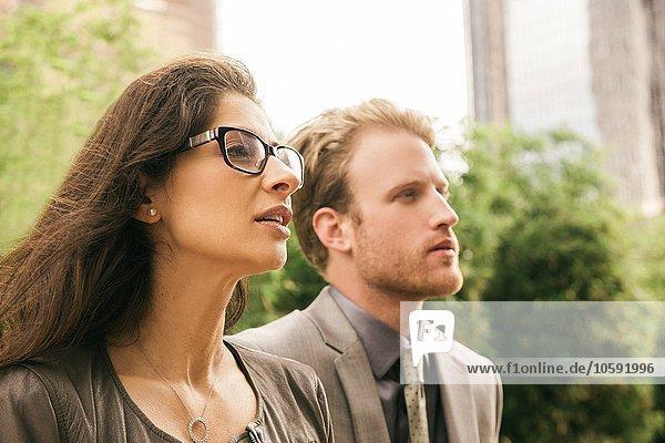 Geschäftsmann und Frau in der Stadt starrend