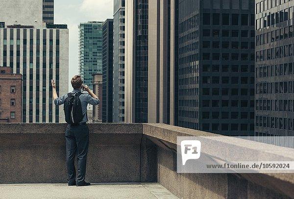 Geschäftsmann auf dem Dach spricht auf dem Smartphone  Los Angeles  USA