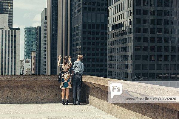 Geschäftsmann und Frau im Gespräch auf dem Dach  Los Angeles  USA