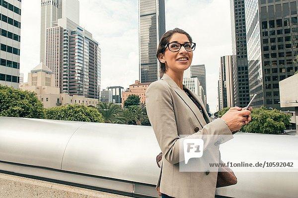 Geschäftsfrau SMS auf Smartphone von der Fußgängerbrücke  Los Angeles  USA