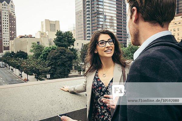 Geschäftsmann und Frau im Gespräch in der Stadt  Los Angeles  USA