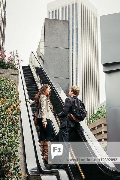 Geschäftsfrau und Mann auf der Rolltreppe  Los Angeles  USA