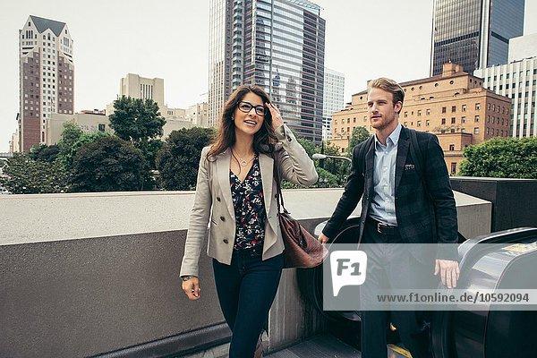 Geschäftsmann und Frau beim Verlassen der Rolltreppe  Los Angeles  USA