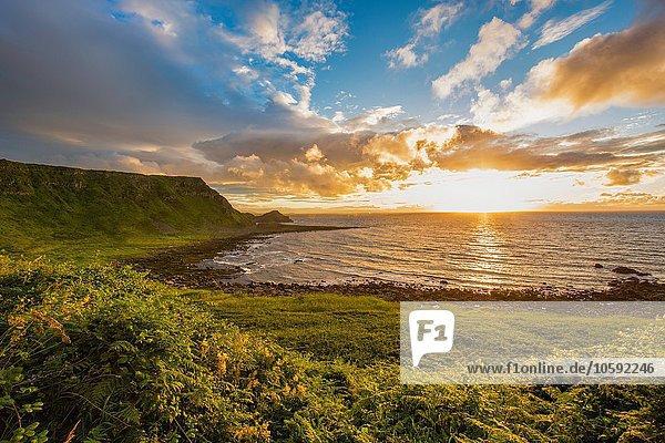 Sonnenuntergang am Horizont über dem Meer  Giants Causeway  Bushmills  County Antrim  Irland  UK