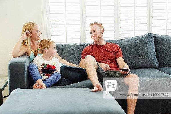 Familien-Chat und Smartphone auf dem Sofa im Wohnzimmer