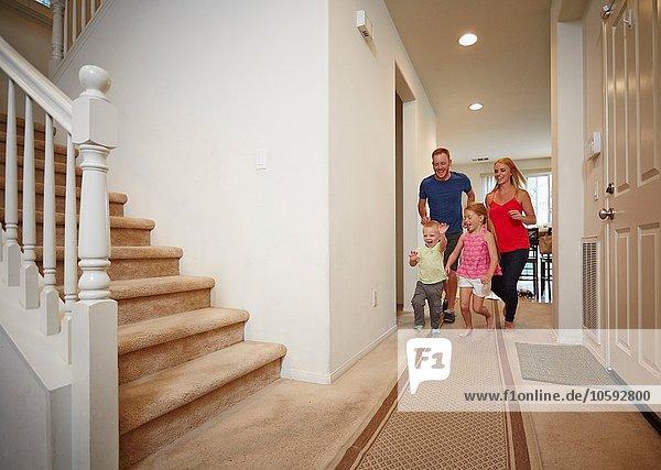 Familienlauf im Flur zu Hause