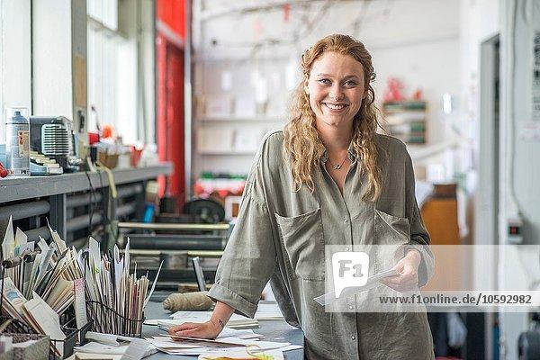 Porträt einer Printdesignerin in der Werkstatt