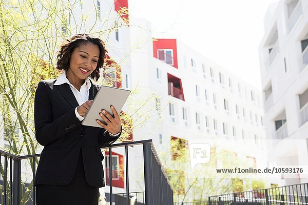 Geschäftsfrau mit digitalem Tablett  Outdoor