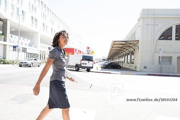 Junge Geschäftsfrau  zu Fuß  im Freien
