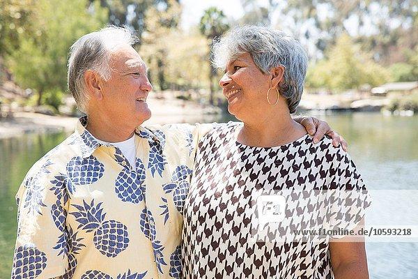 Seniorenpaar am See  lächelnd