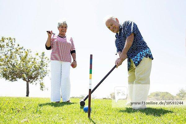 Seniorenpaar beim Krocketspiel im Freien