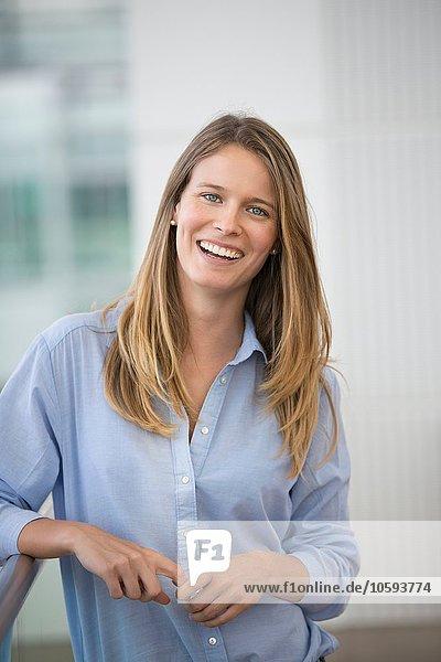 Porträt einer glücklichen jungen Geschäftsfrau außerhalb des Büros