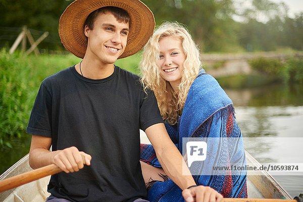 Porträt eines jungen Paares im Fluss-Ruderboot