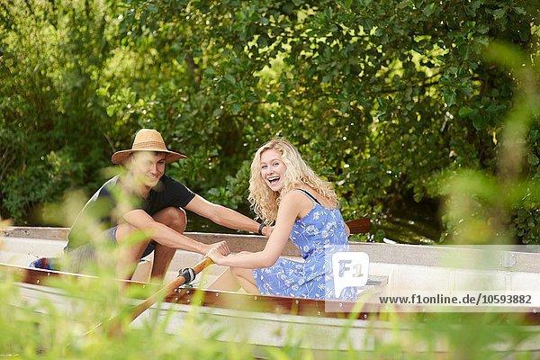 Porträt des jungen Paares Ruderboot
