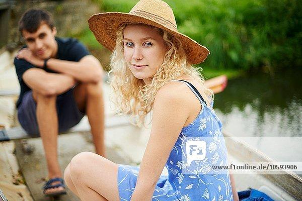 Portrait des jungen Paares im Ruderboot auf dem Fluss