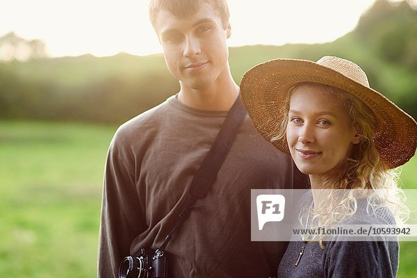 Porträt eines romantischen jungen Paares im ländlichen Raum