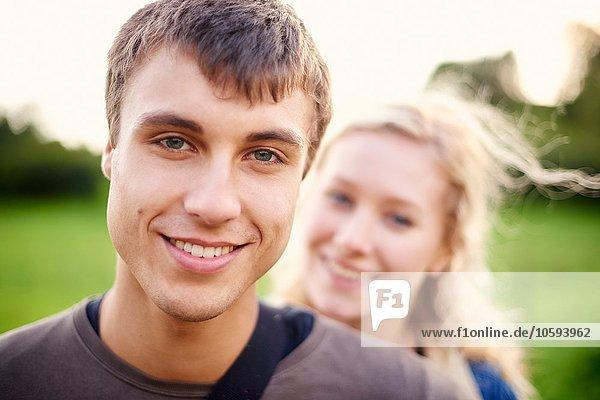 Nahaufnahme des jungen Mannes vor der Freundin