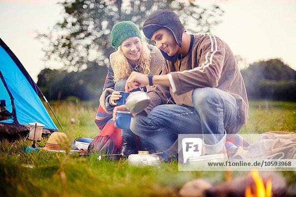 Junges Camping-Pärchen beim Tee trinken
