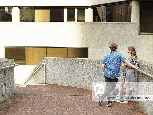 Junges Paar beim Plaudern auf dem Gehweg  Melbourne  Victoria  Australien