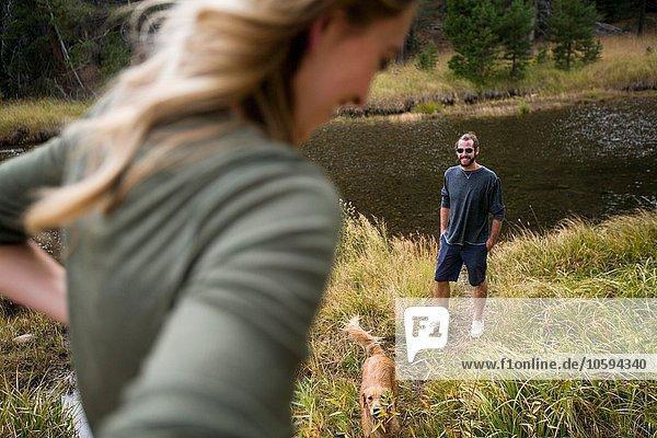 Junges Paar am Flussufer mit Hund  Lake Tahoe  Nevada  USA