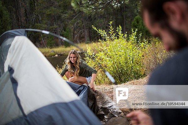 Junges Paar beim Zelten am Flussufer  Lake Tahoe  Nevada  USA