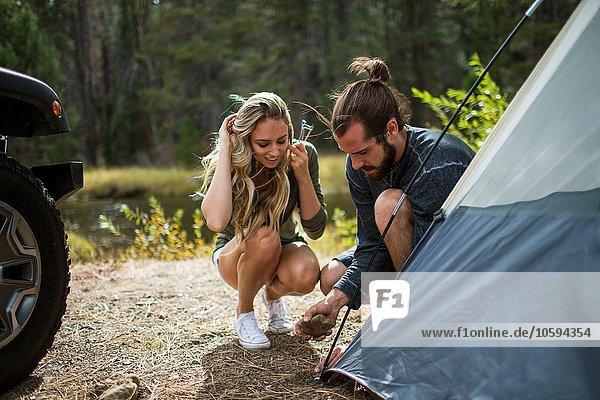 Junges Paar beim Zelten am Waldrand  Lake Tahoe  Nevada  USA