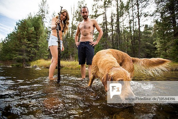 Junges Paar beobachtet Haustier Hund in River  Lake Tahoe  Nevada  USA