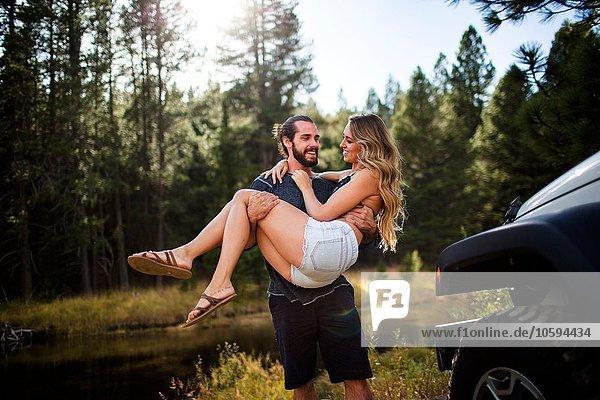 Romantischer junger Mann mit Freundin am Flussufer  Lake Tahoe  Nevada  USA