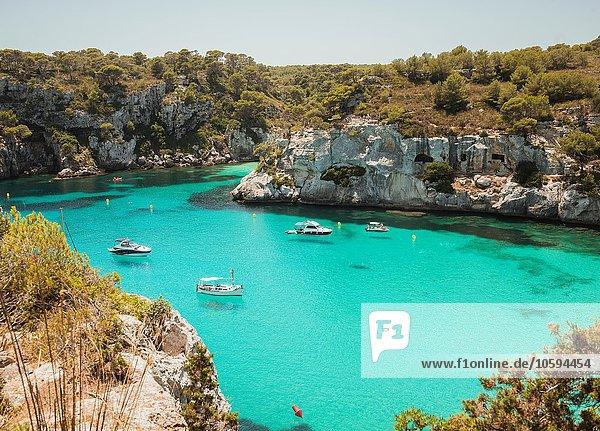 Hochwinkelansicht der in Cala Macarella  Menorca  Spanien  vor Anker liegenden Yachten Hochwinkelansicht der in Cala Macarella, Menorca, Spanien, vor Anker liegenden Yachten